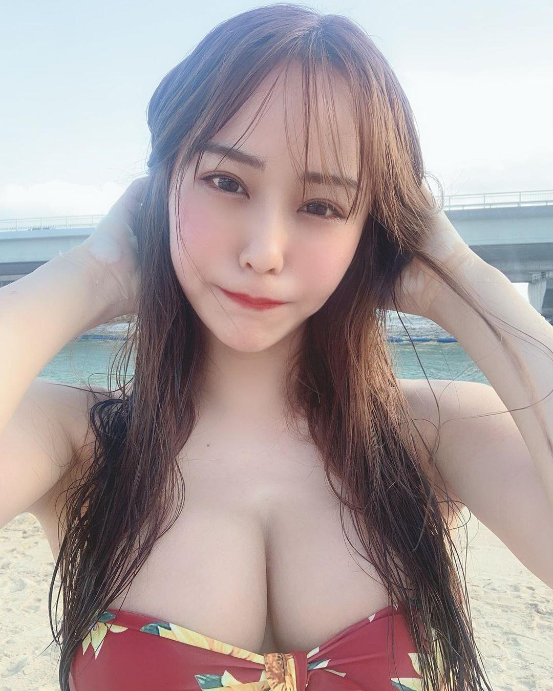 日本樱花妹沙滩比基尼美照 大眼美女居然是酒店小姐 养眼图片 第2张
