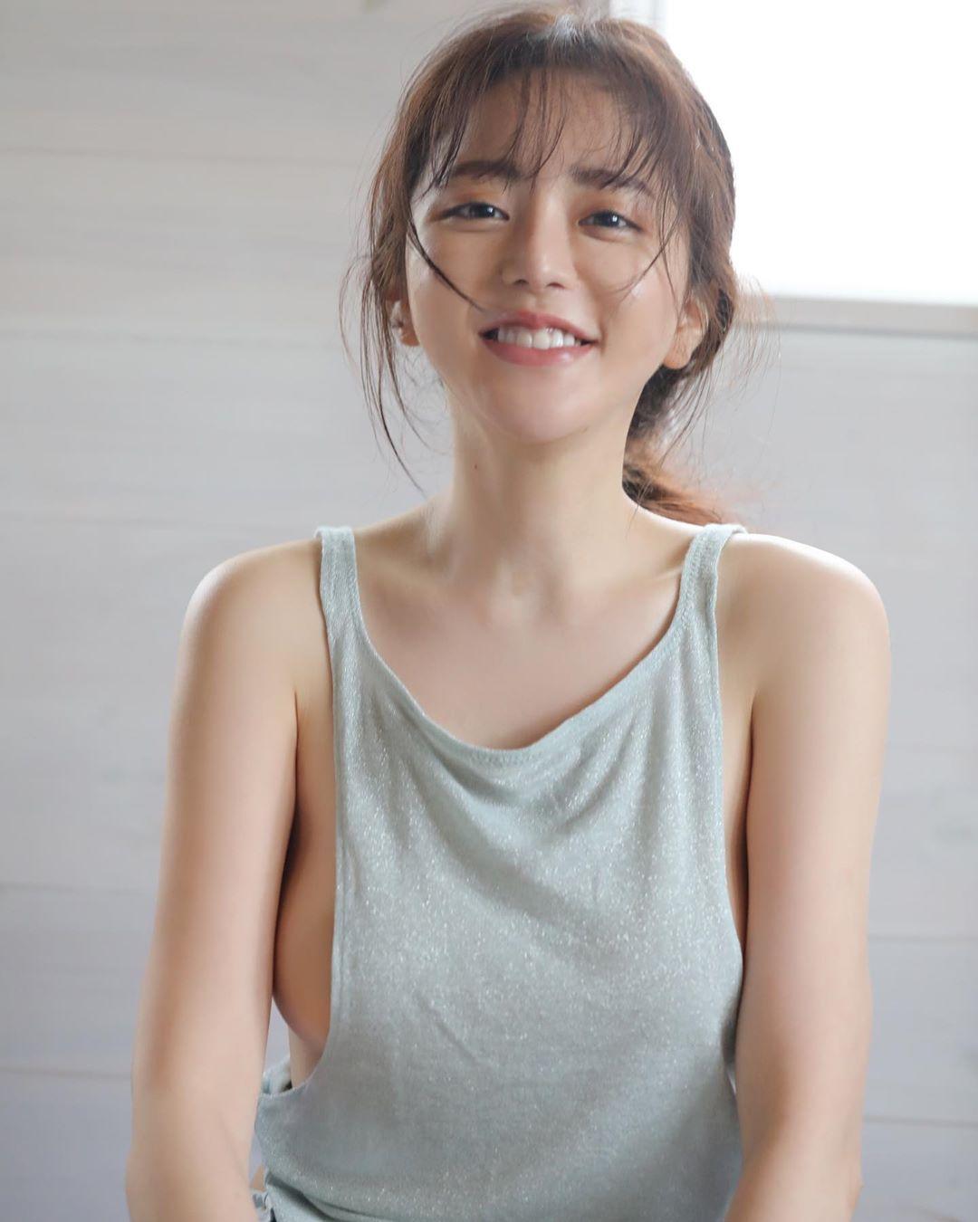 日本大胃王美女细肩带背心内衣饱满胸型外泄 养眼图片 第6张