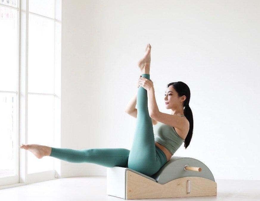 皮拉提斯老师「Erica」紧身瑜珈服完美凸显S型曲线胸前更是「肿成小山」-新图包