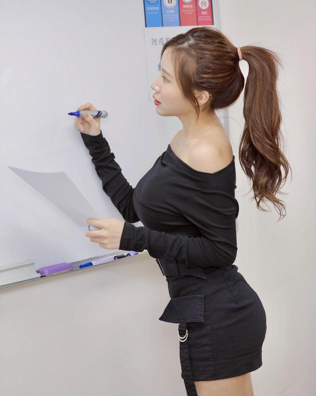英文老师蓝星蕾身材太好穿迷你裙上课 吃瓜基地 第3张