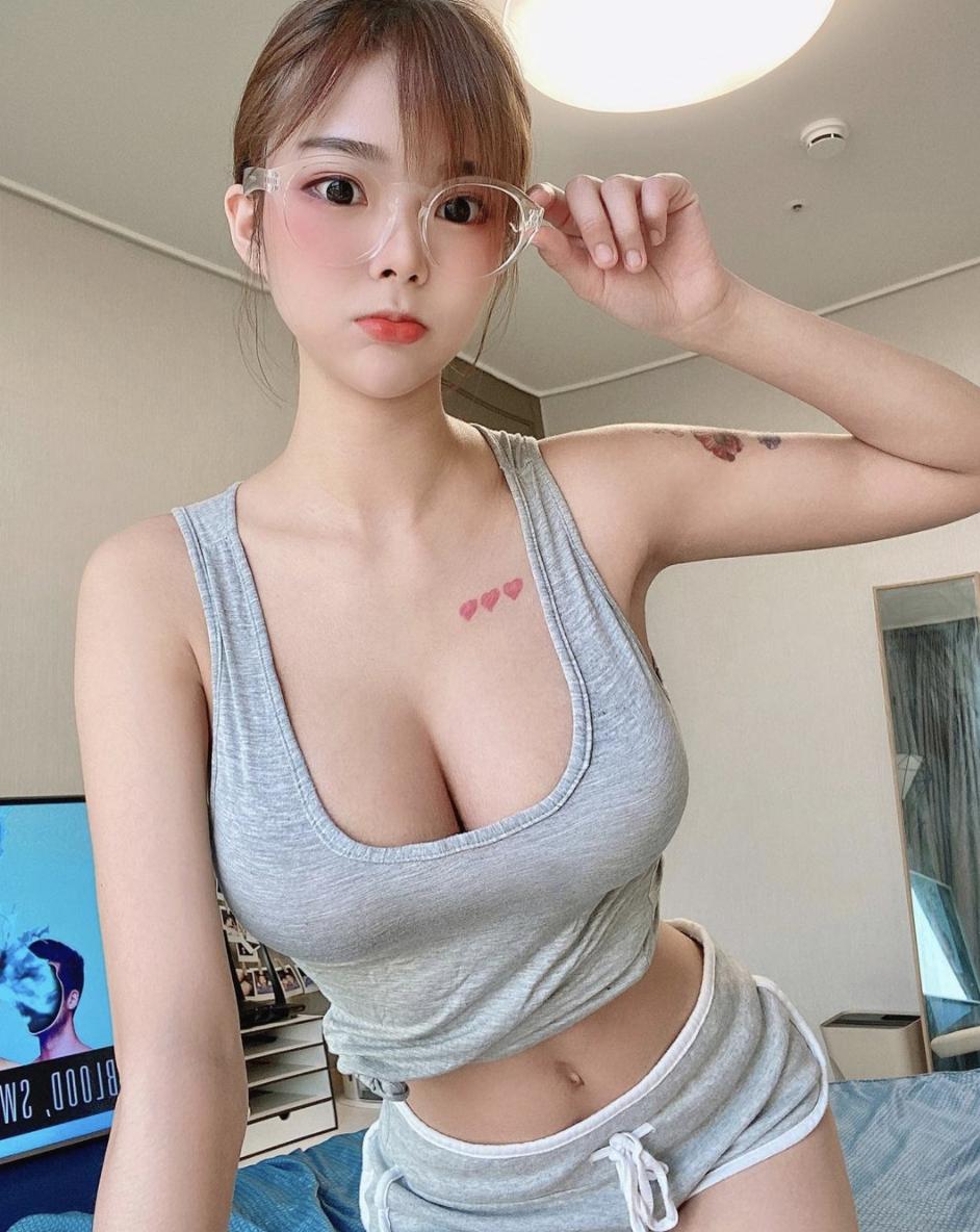 白嫩美女Mina大胸撑爆小背心让人想直接来 网络美女 第4张