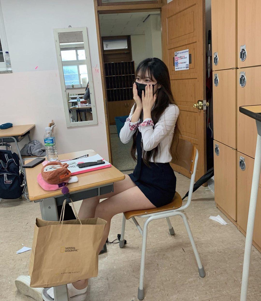 现在年轻人发育真好!「清秀学生妹」制服短裙露出逆天长腿-新图包