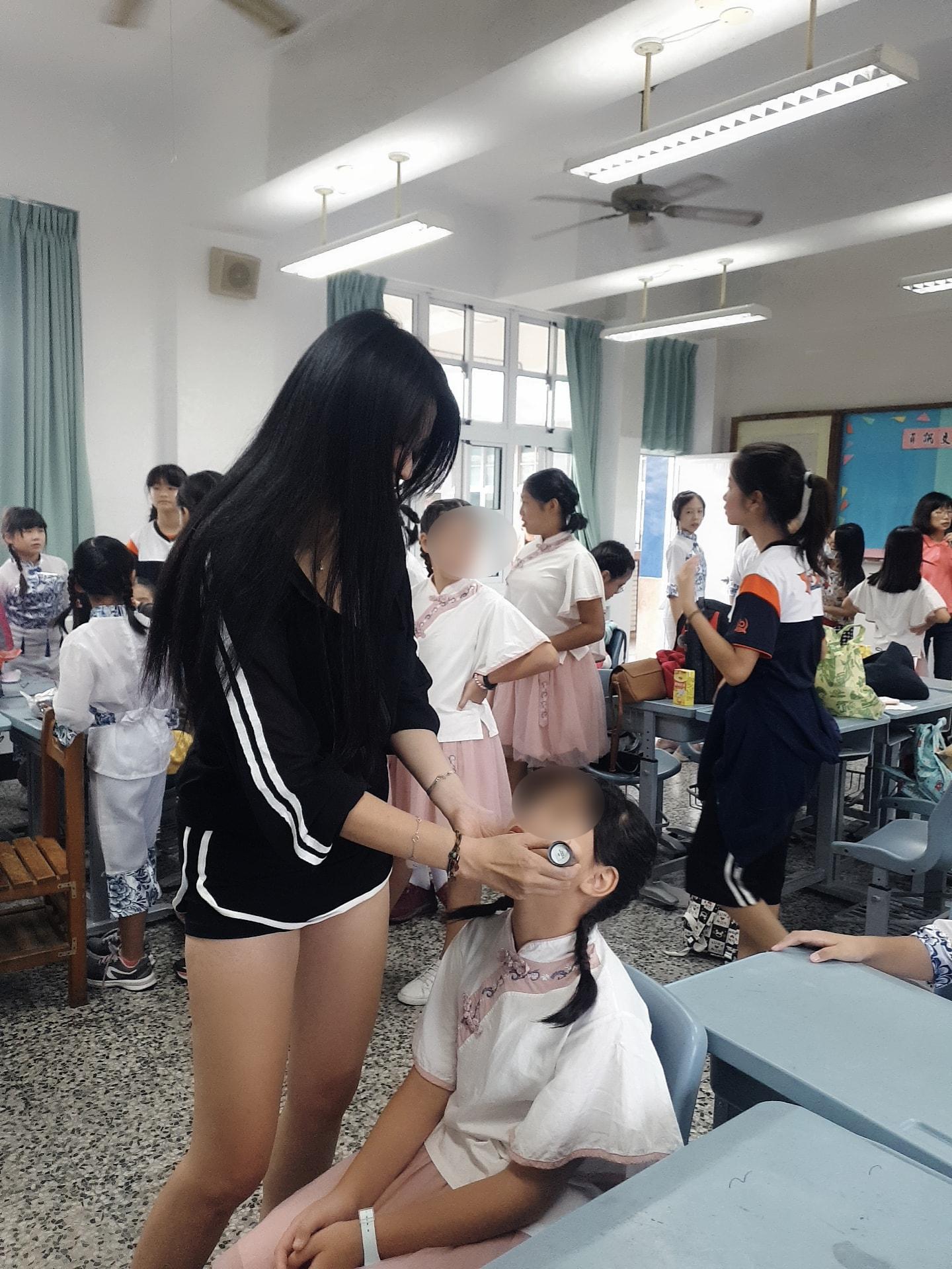 性感妈妈温灵筱女儿运动会当义工真理裤露长腿 吃瓜基地 第3张