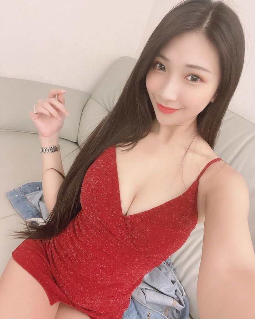 C乳妹子小暧萱发送福利,红色礼服衬托超白嫩 网络美女 第2张