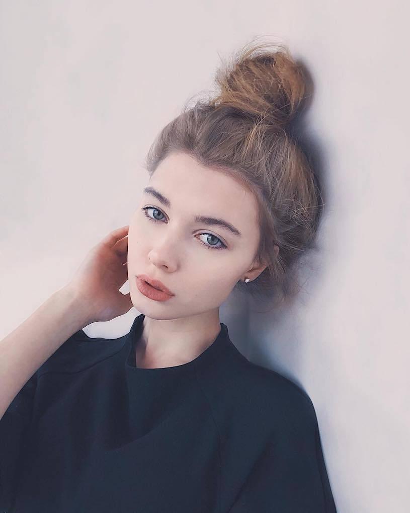 精灵系18岁女孩高领衣凸显性感曲线,侧脸廓深叫人迷恋. 养眼图片 第14张