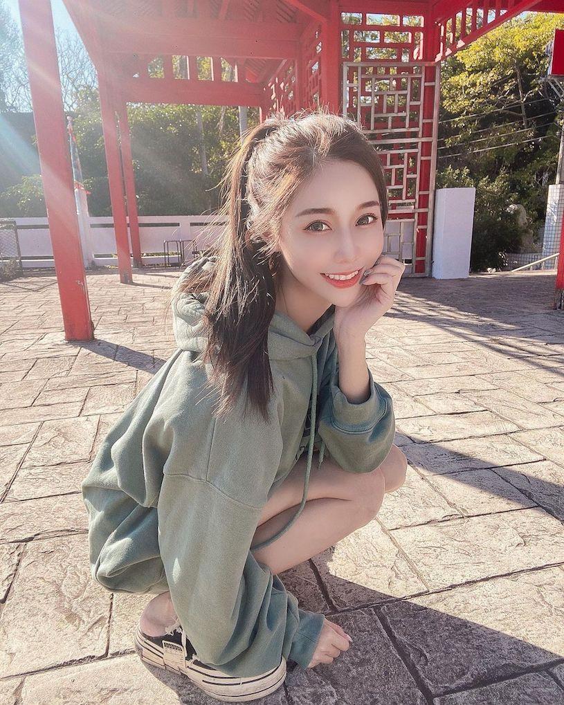 性感IG女神Dmanda蹲地拍照 深V洋装曲线诱人