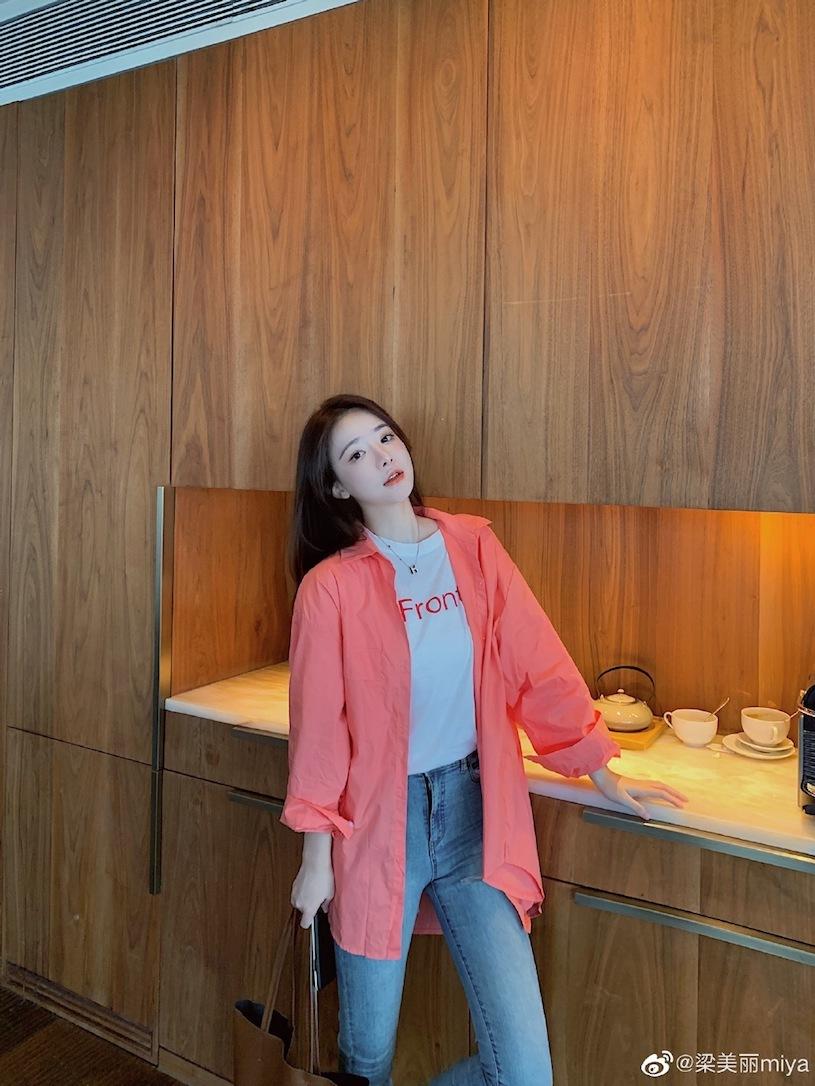 香港甜心正妹「分享露肩春装」,白嫩「暗藏实力」!-新图包