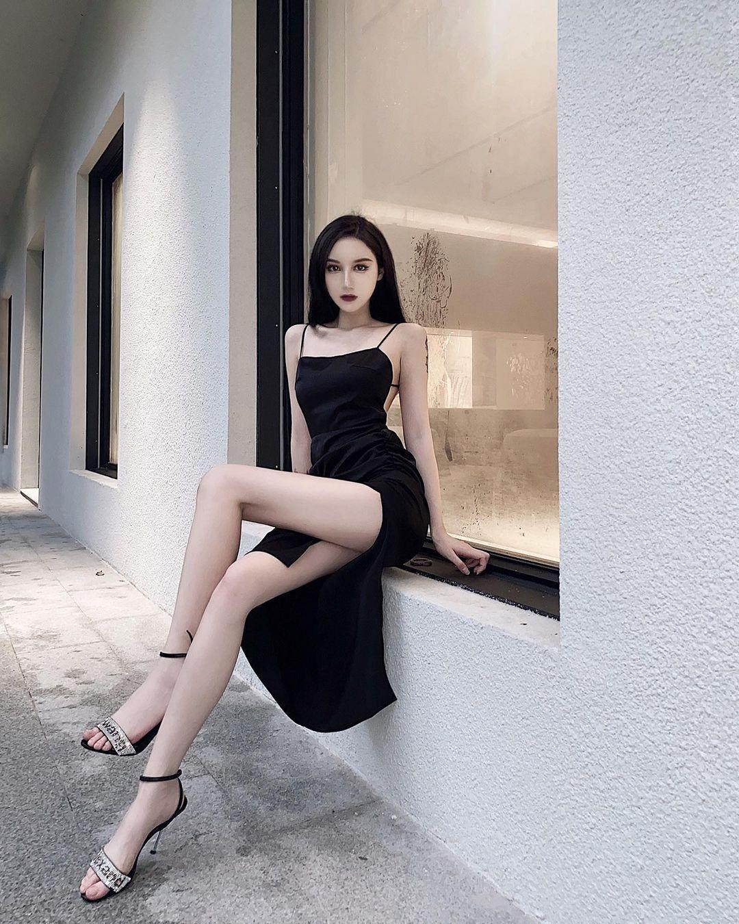 行走的腿精.23岁潮妹WENN 穿搭超暗黑也不忘晒出美神腿 网络美女 第3张