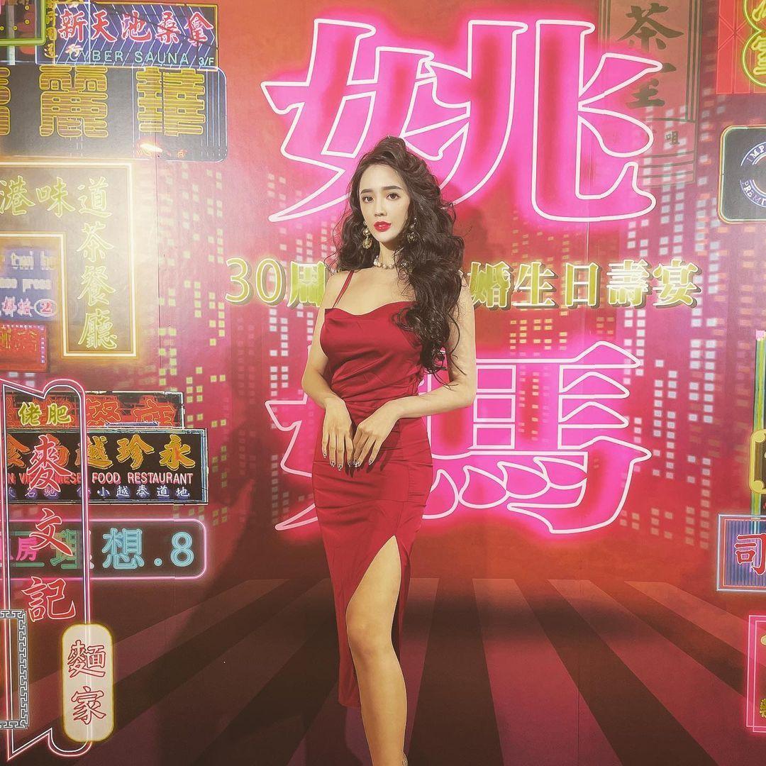 人气美女Zihan Weng子涵港风造型超美艳低胸礼服 妹子图 热图3
