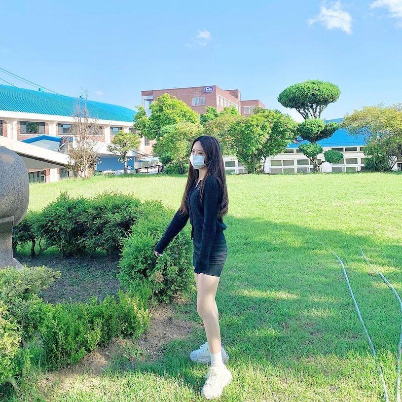 网红学生妹子유 빈用餐视角太迷人,紧身装魅力满分!-新图包
