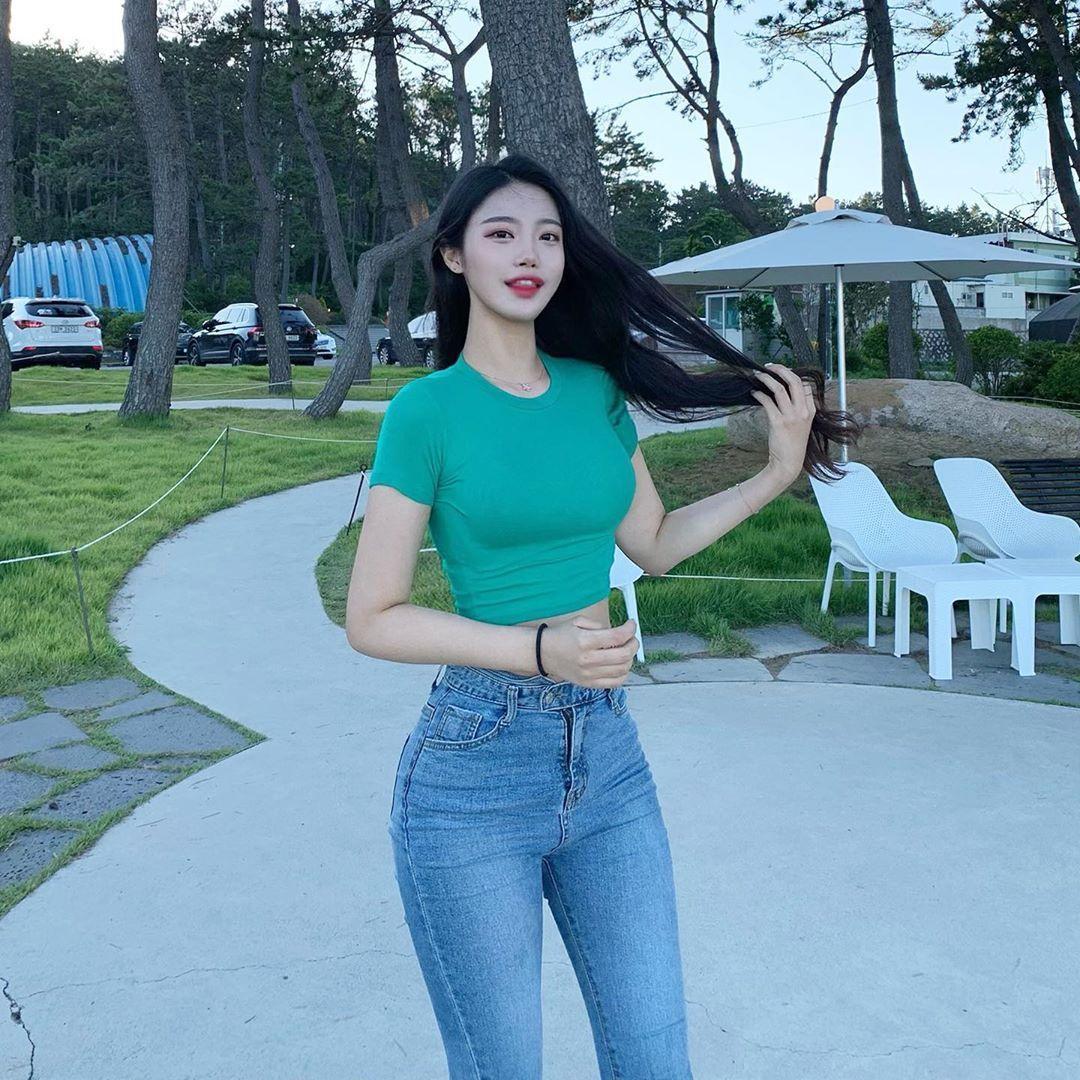 [韩国]韩国天菜级辣姊姊坐在路边咖啡座上看风景时的迷人模样顺便撩倒一票网友〜여진 养眼图片 第17张