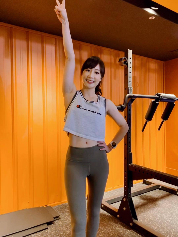 美女主播吴宇舒在家健身大晒马甲线辣照狂吸万人按赞 网络美女 第9张