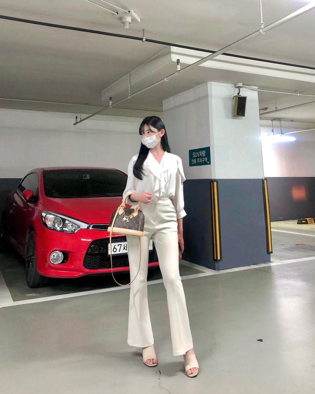 韩国街头超正短裙长腿妹,身材纤细却有料,清纯脸蛋藏着小恶魔的内在 养眼图片 第11张