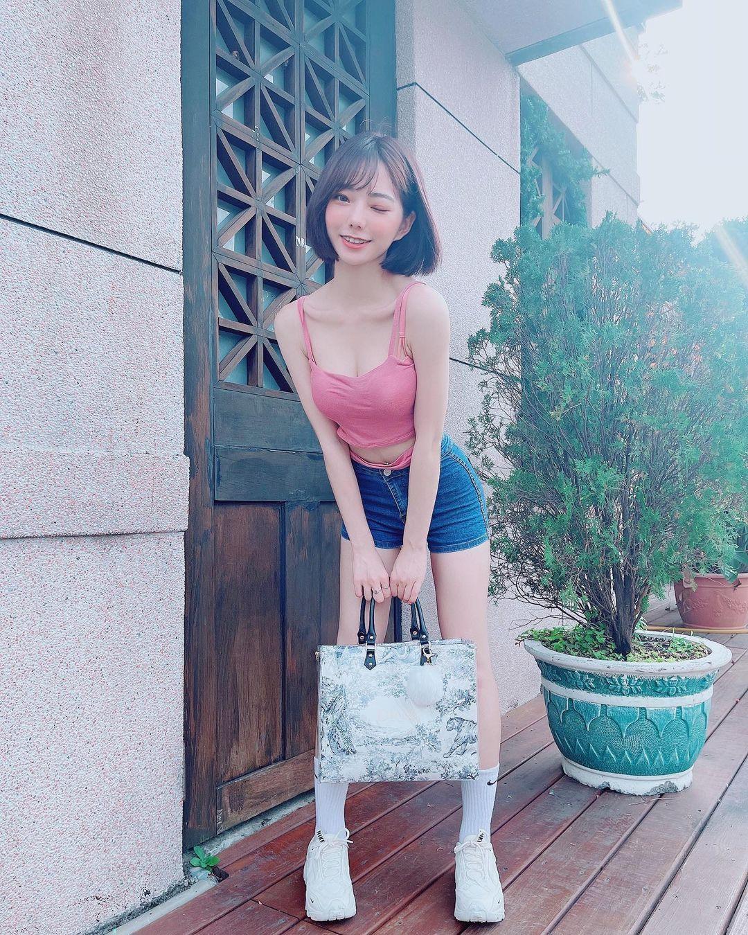 甜美正妹羽球手啾啾能纯能欲 偷偷使坏露性感微笑线 养眼图片 第7张