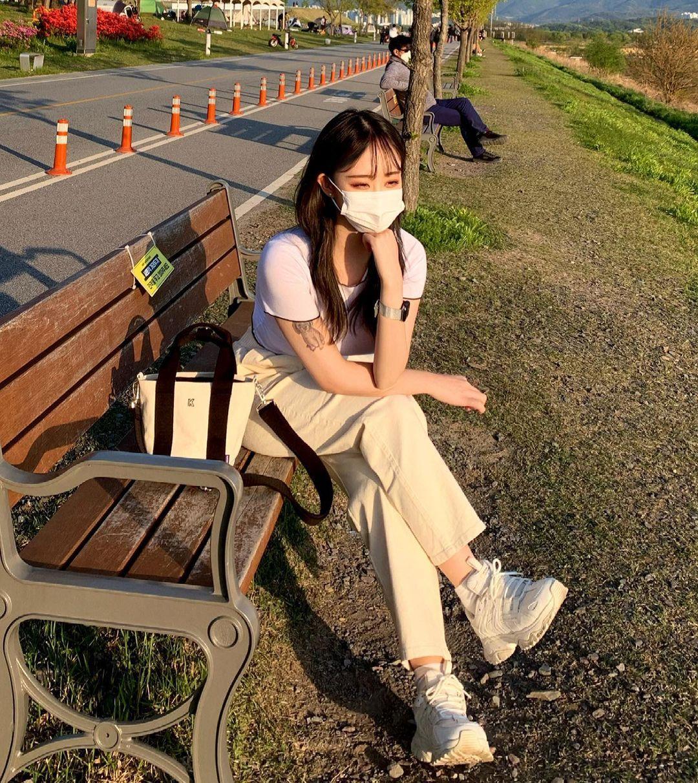 公车亭遇超气质女孩天菜高颜值好甜美IG散发满满迷人魅力 养眼图片 第6张