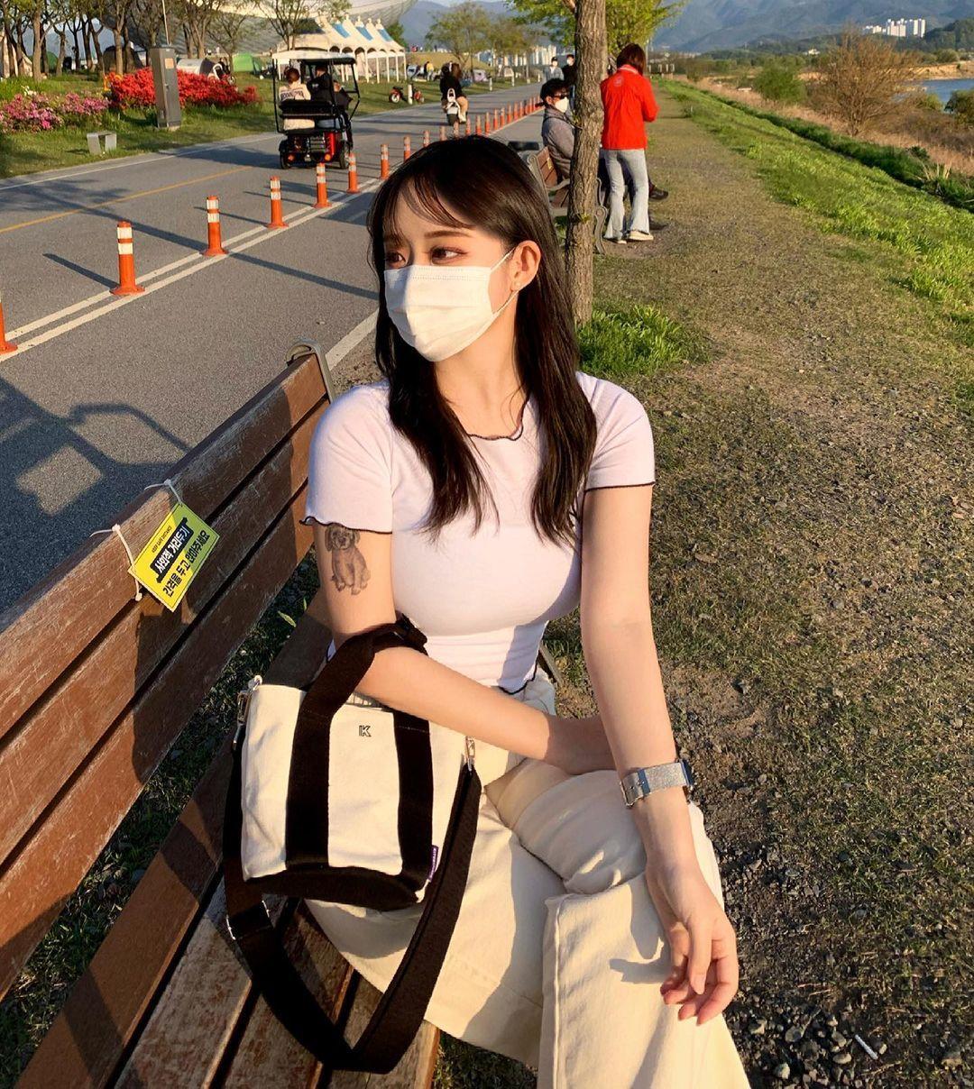 公车亭遇超气质女孩天菜高颜值好甜美IG散发满满迷人魅力 养眼图片 第8张
