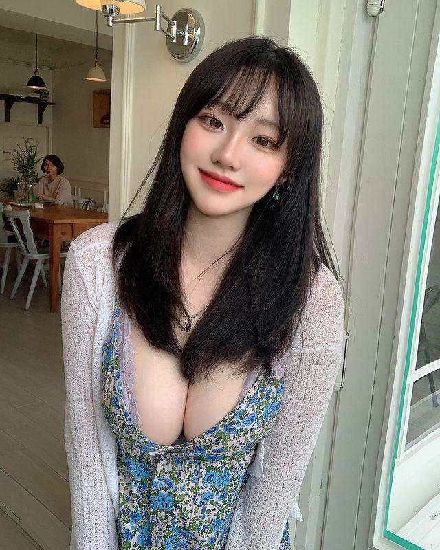 ins:韩国素人妹子sejinming 低胸碎花连衣裙车灯太迷人-第5张图片-宅小报