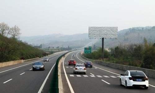 高速公路上遇到不正常停车,慢车,一定一定要这样做