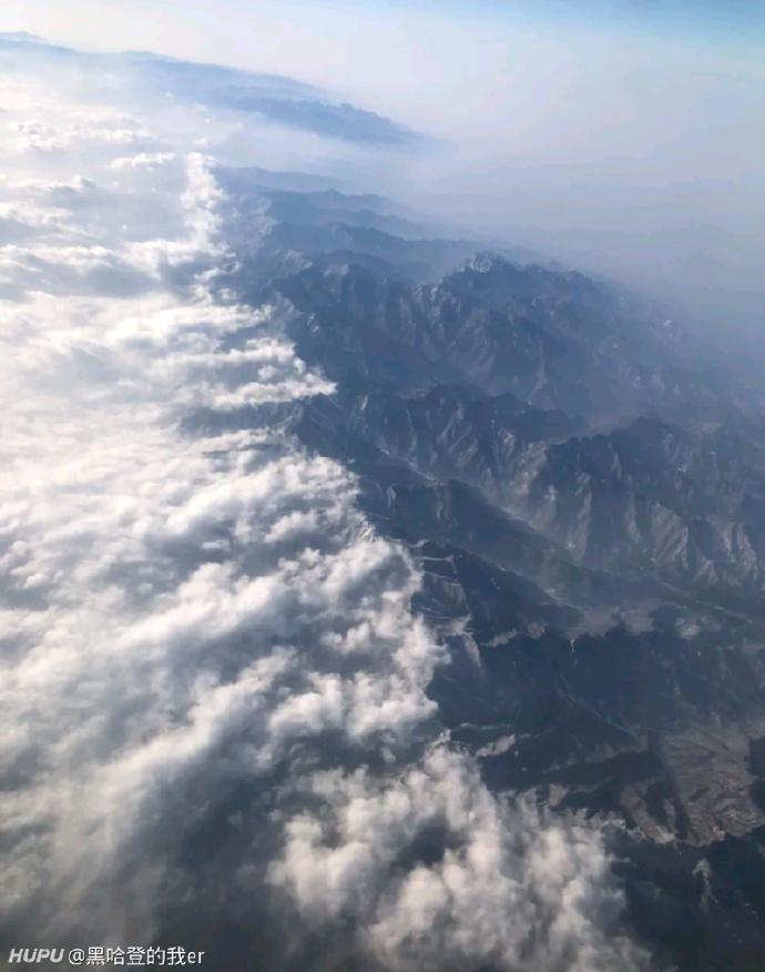在飞机上看秦岭真是太震撼了,刚好把北方的冷空气挡着了
