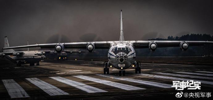 运-8飞机等实战化装备同时进行了首次空对空摄影展示及大象漫步集群力量展示