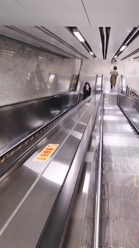 不认识我吃电梯